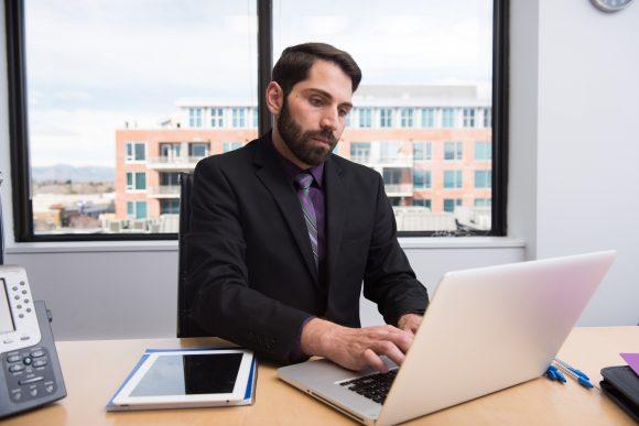 やりたくない仕事を続けるべきか、それとも逃げるべきか。それぞれのメリットとデメリットから考察。