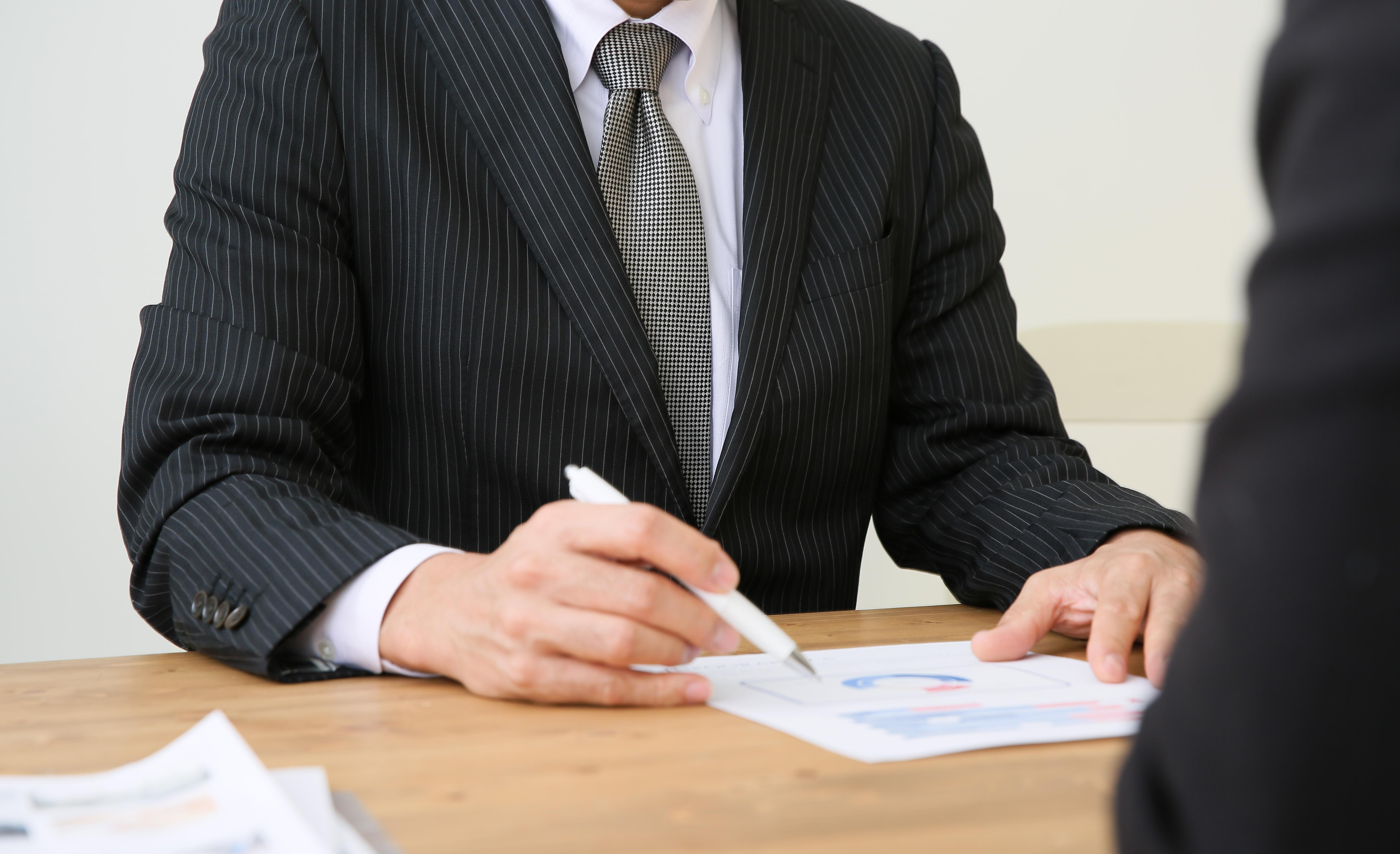 転職活動をしていることは周りに言わない方がいい、上司だけではなく信用している友人や同僚でもリスクはある
